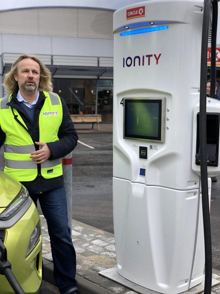 Jan Haugen Ihle, Ionity, viser hvordan man lader på den nye lynlader på tankstationen i Nyborg.