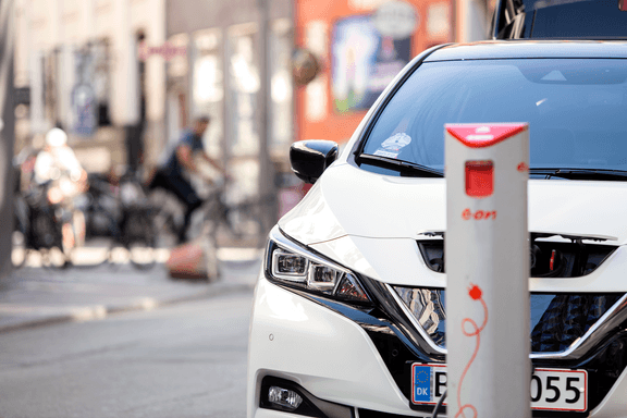 E.On ladepost foran en hvid Nissan LEAF