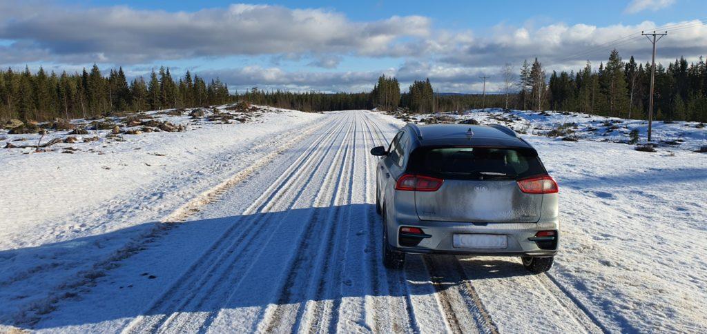 Grusvej med is og sne i Sverige
