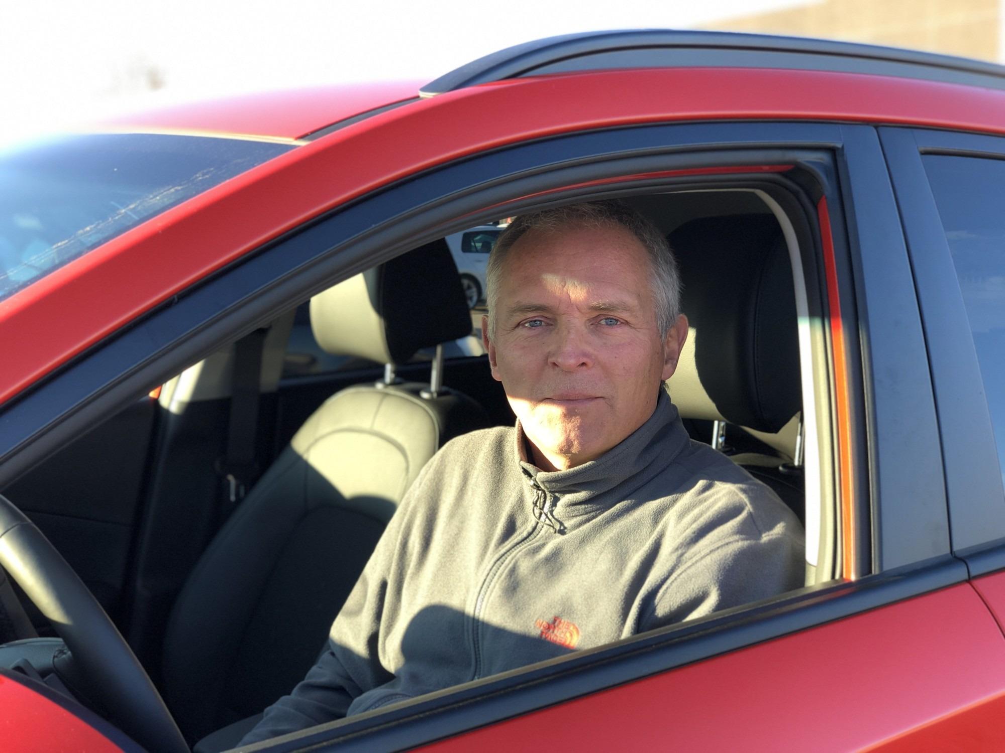 Martin Messer Thomsen i en rød bil.