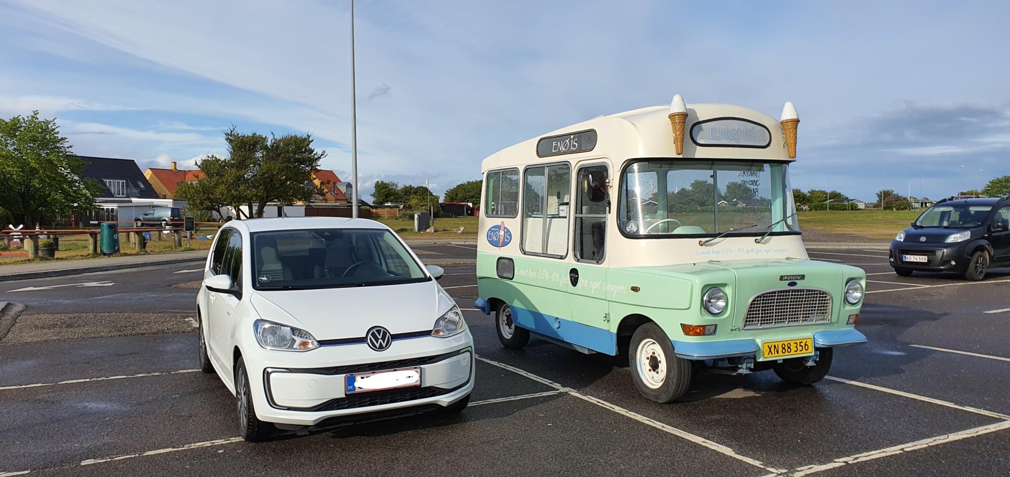 VW e-Up! ved siden af en isbus fra Enø
